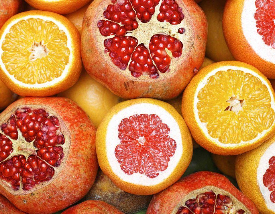 Grapefruit und Zitrone bilden eine bunte Collage